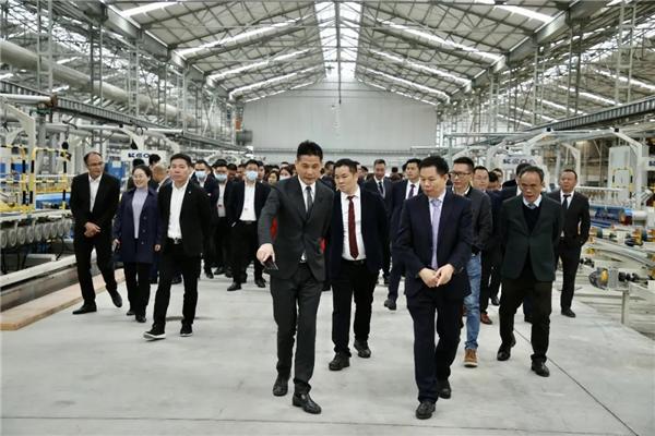 宏宇陶瓷全线生产,领导同行生产车间参观岩板产品